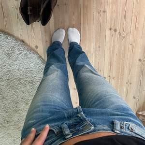Perfekta acne jeans 1996 classic fit! Storlek 28/32, jag är en S och 170cm! Perfekt rak,mid-waist fit och använda max 2 gånger! Köpta för 2700kr i våras!💙