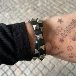 Valentino armband i nyskick, säljer då det inte kommer så mke till användning. BUDA 💜💜