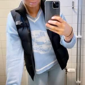 En ljusblå stickad tröja liknar HCW tröjorna. Sparsamt använd, säljer då den inte kommer till användning längre tyvärr
