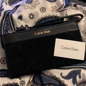 Jättefin Calvin Klein plånbok går att använda som clutch också!