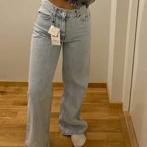 Trendiga jeans från Zara. Dom är helt slutsålda. Säljer dom på grund av fel storlek. Köparen står för frakt. Budgivning om flera intresserade eller köp direkt för 399kr❤️