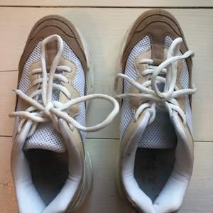 Säljer mina skor från Footway och heter Duffy i strl 38. De är inköpta för något år sedan men är enbart använda 1-2 ggr. De är i färgen vit, beige och har silverdetalj på sidan. Pris: 250 (original pris 450kr)