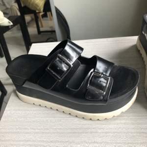 Coola sandaletter med platå. I använt skick. Fina till sommaren. Eventuellt är fraktkostnaden lägre (66kr)