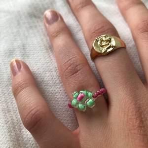 Jättefin ring pärlad av min syster! Hon gör gärna i andra färger och specifika storlekar vid intresse☺️ Frakt ingår i priset