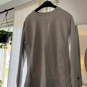 Champion crewneck köpt på Urban Outfitters i storlek M. Jätte fint skick, däremot tre super små fläckar där fram (se tredje bilden)