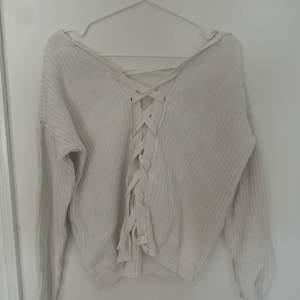 Säljer denna stickade tröja med knytning i ryggen. Den är i storlek S och ett väldigt bra slick!💞
