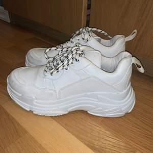 Vita chunky sneakers från Nelly, de äe knappt använda då de inte blivit ett pr favoritskor i garderoben tyvärr 🥰