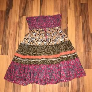Jag köpte denna fina, korta klänningen på Selpy men har aldrig fått användning av den och därför välher jag att sälja.