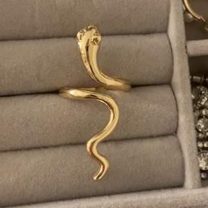 Säljer jättecool orm ring, man kan justera storleken så den passar alla. Köparen står för frakt 12kr, skriv privat för mer info💕💕😊