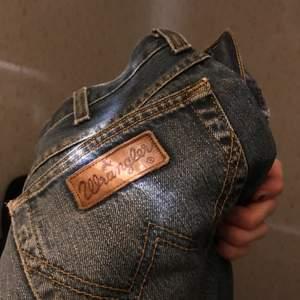 Blåa Wrangler jeans, sitter lite loose. Välanvända.