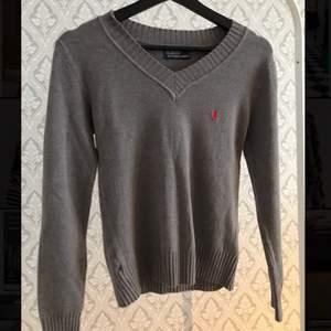 En lite mörkare v-ringad tröja från Ralph lauren. Använd fåtal gånger och har inga vidare skador/hål. Mjukt material.  Köparen står för frakt✨✨ 150+frakt