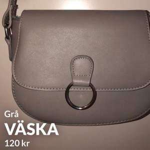 Grå väska med justerbart band