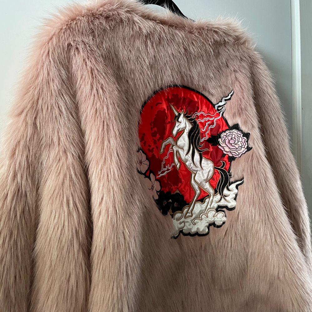 Fake ljusrosa pälsjacka från H&M med stort tryck på ryggen. Kort i passformen. Använd få gånger . Jackor.