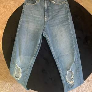"""Super fina """"LEAH"""" jeans från Ginatricot!! Dom kommer längre inte till användning, dom har slitage på båda knäna och dom är köpta så för 500kr, jag säljer dom för 150kr eller pris kan diskuteras om det är så! (dom säljs inte längre💕"""