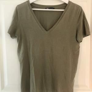 Super fin mörkgrön Zara t-shirt som tyvärr inte kommit till så mycket användning. Vid intresse eller frågor kontakta mig privat. OBS! Köparen står för frakten