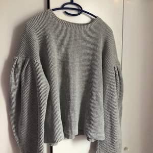 Säljer min jätte söta stickade tröja med puffärmar från zara💕 tröjan är knappt använd och i jättebra skick⚡️ den är i storlek L och sitter lite oversized på mig som har S/M