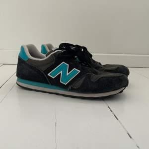 Svarta och blå New balance skor. Använda men i bra skick. Storlek 39,5 men passar nog en med 40 också. Bra vårskor. Frakt ej intränat men pris går att diskutera.✌️👟💙🤍🖤
