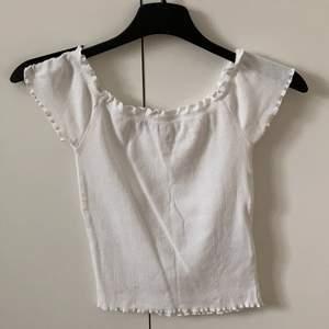 Superfint vitt Linna från Gina tricot, ganska liten i storleken, använt ca 3 gånger, man kan ha den påde på axlarna och som of shoulder