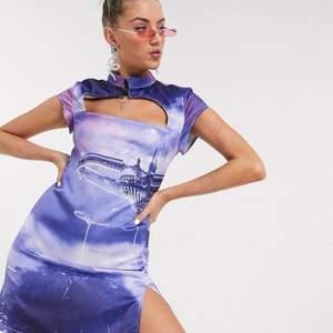 Säljer denna superfina klänning från jaded london. Klänningen är i ett superfint siden liknande material, endast använd en gång.  Nypris är ungefär 600-700kr. Skriv för mer info och bilder. Priset är exklusive frakt💓