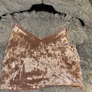 Ett super gulligt rosa linne som är i sammets material. Den är knappt använd.
