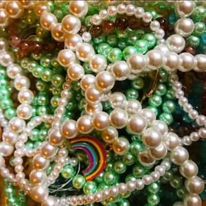 Hej! Jag har börjat sälja smycken! Kolla gärna in min sida! Komme bl.a. sälja körsbärs-örhängen och i andra figurer och frukter! 🍒 kommer att sälja fina armband och halsband också! Kolla gärna förbi! 💍 mycket inspirerat av HARRY STYLES