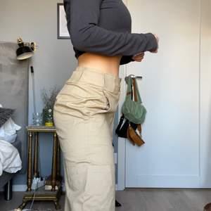 Kostymbyxor från ASOS i cargomodell strl S! Jag är 160cm och de är väldigt långa. Tighta i midjan, vida ben