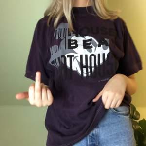 Lila/svart tröja. Oversized med en lite punk look🖤 Titta in mina andra annonser då jag ofta ger paketpris och rabatt vid köp av flera plagg 🥰