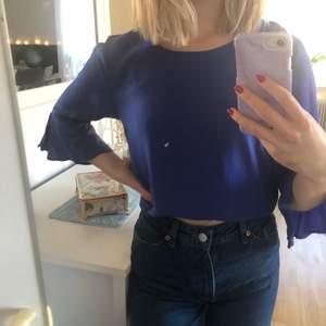 Jag säljer denna blåa blusen! Jättefin men säljer den för att den inte används! Köparen står för fraktkostnad!💗