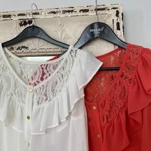 Säljer två riktigt fina blusar med guldknappar. Båda är i storlek S (passar även de som har xs-m) och likadana förutom färgen. Jätte skönt material och den perfekta toppen till våren. Säljer för 75kr styck men båda kan köpas för 100kr!