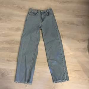 Super fina raka jeans ifrån nakd, jag är 160 och dom passar mig bra i längden💓