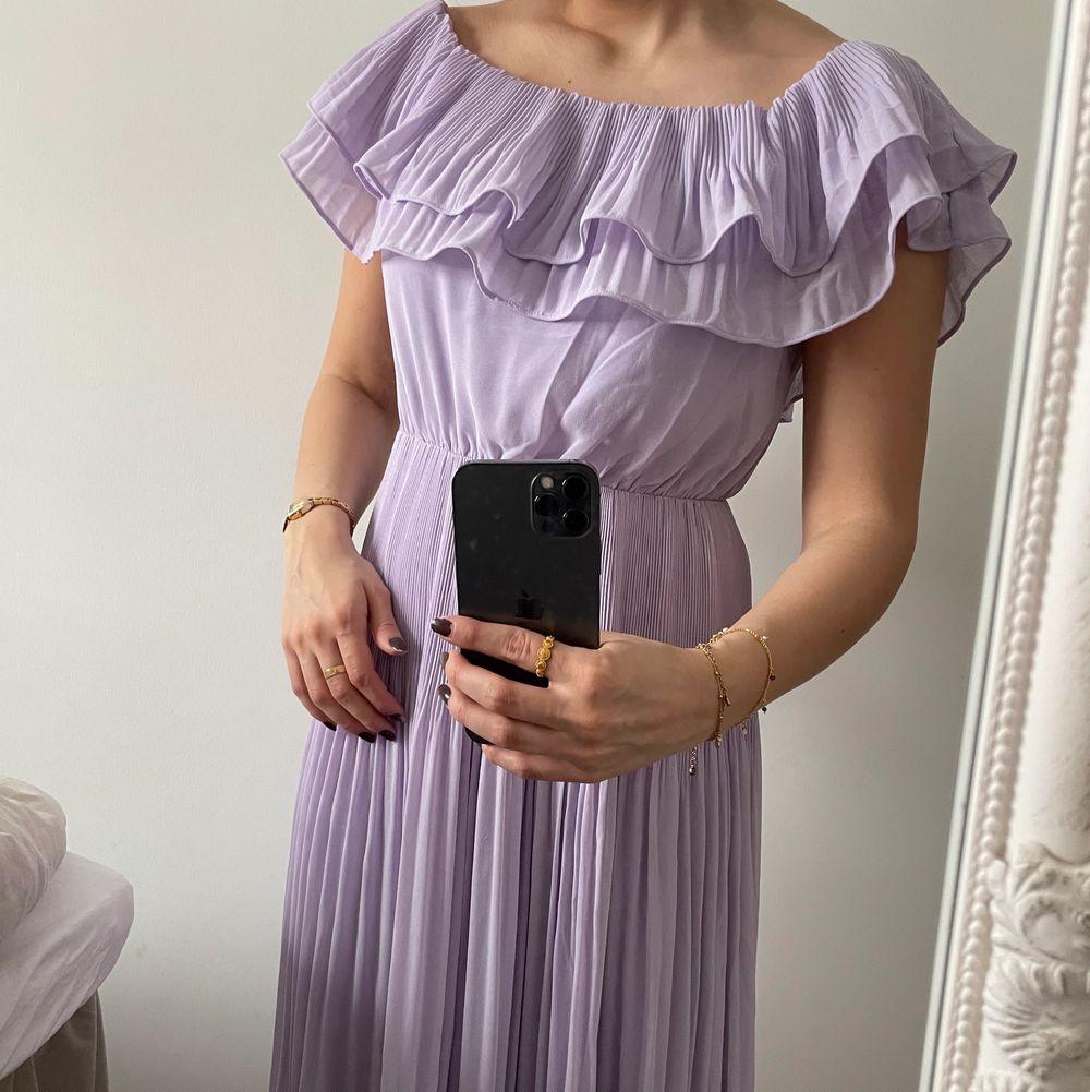 Världens finaste långklänning i en så himla fin färg. Aldrig använd då den är aningen för lång för mig. Köptes för 699kr. Perfekt till sommarn, funkar både till bal eller vardags. Pris kan diskuteras vid snabbaffär. Skriv via dm vid frågor!💜. Klänningar.