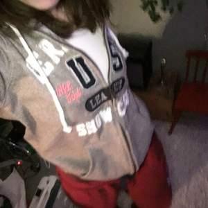 Fett snygg grå zip hoodie, använder ba inte längre:) Det har sånt där fett mysigt material👍 Skriv om du har några frågor:)