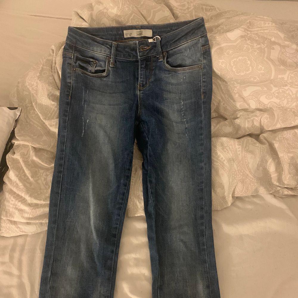 Jättefina jeans som formar din kropp jättebra! Tyvärr för små för mig. Använda ett par gånger men är i mycket bra skick! Passar en Xs/ liten s. Jeans & Byxor.