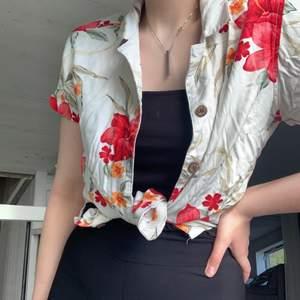 Hawaii skjorta köpt för ca.200kr❤️ I fint skick men behöver strykas en gång😅  Kan skicka med frimärken för att få ner frakten❤️