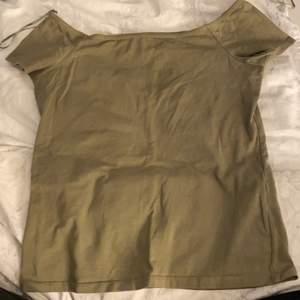 Jätte fin T-shirt och sitter sjukt bra på, kommer aldrig till användning, det är i storlek M men jag är en S person och den passar lika bra på💚