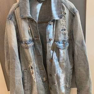 En superfin avriven jeansjacka från H&M, strl 34 (oversize) men passar även 36/38. Kan bara posta och köparen står för frakten:)