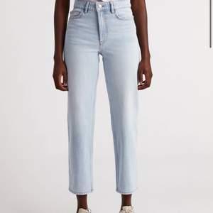 Säljer dessa väldigt fina mom jeans från Lindex i storlek 42. Sitter väldigt fint på och är i bra skick.