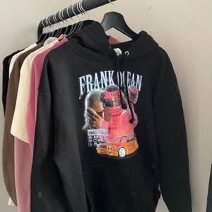 Säljer denna fina Frank Ocean hoodie 💘🧸 köpt här på Plick för ca 600/700 tror jag, jättefint skick! Buda från 300 eller köp direkt för 500. skriv privat för frågor! ✨🤍 (OBS bud är exklusive frakten)