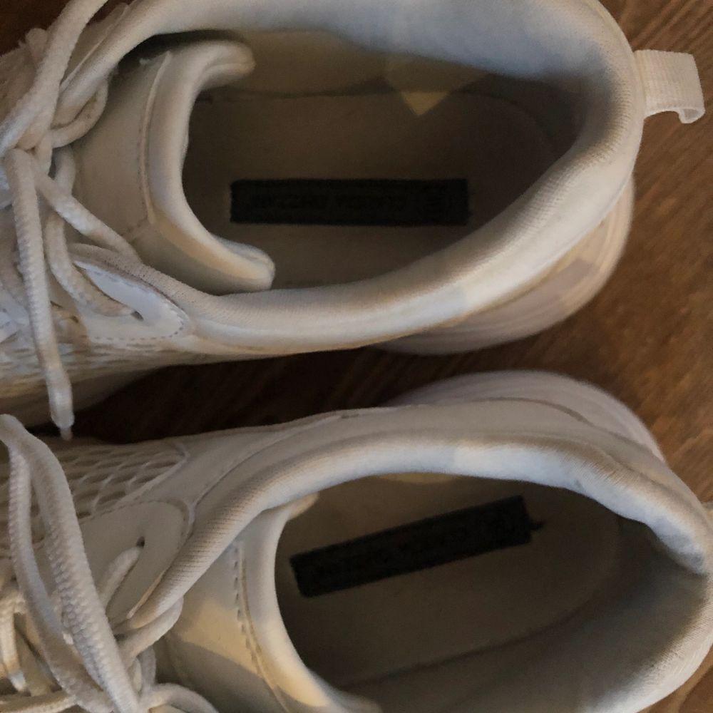 Super coola höga sneakers storlek 39🤩 använda en gång , super bra skick! Köparen står för frakt. Skor.