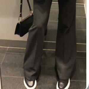 Super fina skor bild 1 är inte samma modell men väldigt liknande. Det är använda men i fint skick, fett och cool platå men snörning, silver skapar på sidorna! Pris kan diskuteras!💋