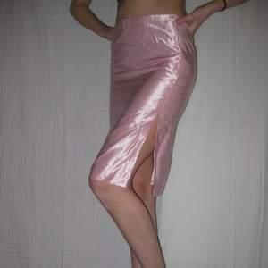 Mycket fin kjol i skimrande material💋 passar st Xs/s. Köparen står själv för frakt eller så möts vi upp i Sthlm🌹