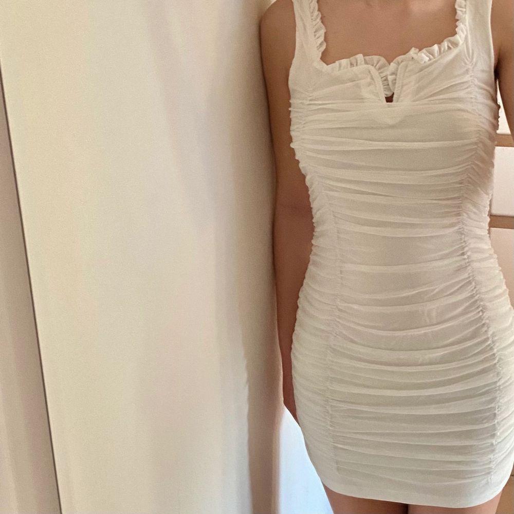 Oanvänd vit klänning 🤍. Klänningar.