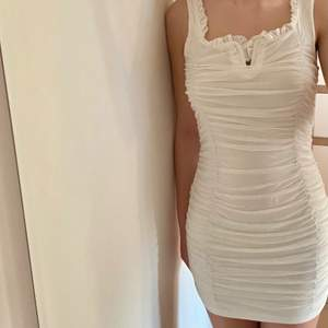 Oanvänd vit klänning. Storlek S, skulle även kunna passa en M. Perfekt till student!