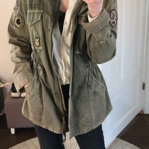 Nu säljer jag min super snygga vår jacka! Nypris runt 1500kr men säljer för 500kr❤️Jag är 165cm och har köpt den då jag vill ha den lite oversized, vanligt vis har jag s-m på jackor💕