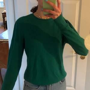 En jätte fin mörk grön tröja i italienskt garn från Banana Rebublic . Den är rätt nopprig men syns inte och kan tas bort om så önskas.