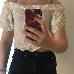 Söt topp/ tröja från hm Divided i storlek 34 vilket motsvarar xs passar även s, nästintill aldrig använd, jätte fin till sommaren då det är varmt 50kr + frakt 24😊