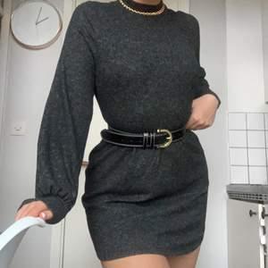 Mysig tröjklänning/tunika i ett stickad, gråmelerat material i strl S. Funkar som klänning på mig som är ca 175cm även om den är kort, men det är en smakfråga (blir kortare med bälte). Nämn ett pris som känns rimligt för dig vid intresse!