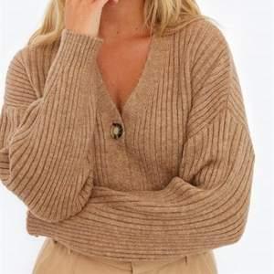 Säljer den här trendiga oversize ribbade koftan i en så fin beige-brun färg. Från chiquelle i storlek onesize, passar mig som har S! (Första bilden är lånad) Knappt använd så den är i nyskick. Buda!⚡️
