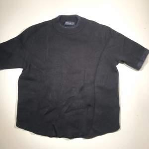 Zara stickad T-shirt med fina detaljer! Köparen står för frakt 📩 3 för 120kr på min profil ✨ storlek S men passar XS också