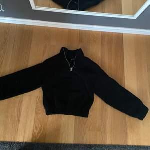 Säljer denna fluffiga tröja i en croopad modell från Gina, har använt den en gång. Den är köpt för 300 kr och frakt tilllommer, finns fler bilder vid intresse💕